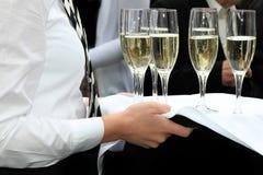 Champagne servi par serveuse dans une réception de champagne Images stock