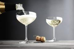 Champagne som är fyllda in kupéexponeringsglas royaltyfri fotografi