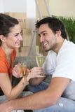 champagne som dricker home nytt Arkivfoto