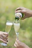 Champagne som in hälls till exponeringsglasen Royaltyfri Fotografi