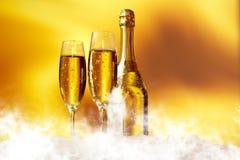 Champagne som är klar att medf8ora i det nya året Arkivbilder