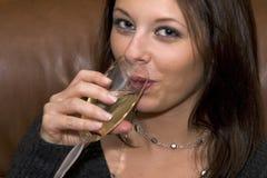 Champagne sorseggiante fotografia stock