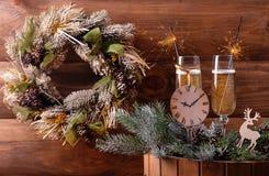 Γυαλιά CHAMPAGNE με τα sparklers και το στεφάνι Χριστουγέννων στοκ εικόνα