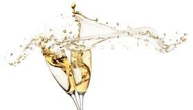 Champagne spritzt von den Gläsern, die auf dem weißen Hintergrund lokalisiert werden Stockfotografie