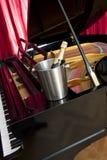 Champagne sur le piano Images libres de droits