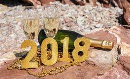 Champagne sur une plage pierreuse, nouvelle année célèbrent le concept de préparation Images stock