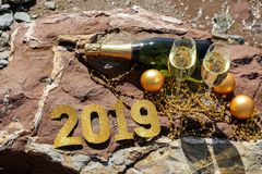 Champagne sur une plage pierreuse par la mer, nouvelle année célèbrent le concept de préparation Photographie stock