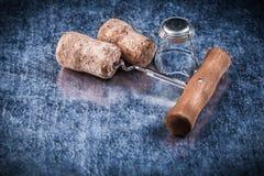 Champagne tappa la cavaturaccioli del cavo torta metallo su fondo metallico Immagini Stock Libere da Diritti