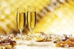 Champagne tegen gouden achtergrond Stock Afbeeldingen
