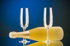 Champagne tegen gradiëntachtergrond Stock Foto's