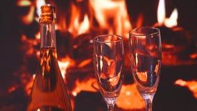 Champagne Toast - deux verres de vin pétillant de champagne devant une cheminée pour griller une célébration banque de vidéos