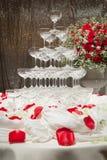 Champagne-toren en mooie rode rozen in de huwelijksceremonie royalty-vrije stock fotografie
