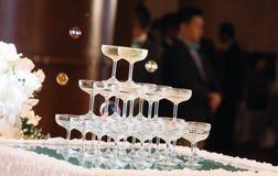 Champagne-toren in huwelijksceremonie royalty-vrije stock afbeeldingen