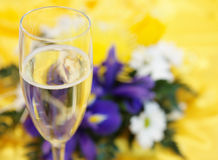 Champagne und Blumen Stockfotos