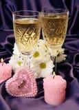 Champagne und brennende Kerze lizenzfreie stockbilder