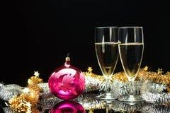 Champagne und dekorativer Ball Stockbilder