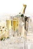 Champagne und ein Blumenstrauß der Rosen Stockfotografie