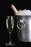 Champagne und Eis getrennt auf Schwarzem stockfoto