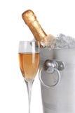 Champagne und Eis getrennt auf Weiß lizenzfreies stockbild