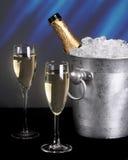 Champagne und Eis mit einem blauen Hintergrund lizenzfreie stockfotografie