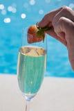 Champagne und Erdbeere. Stockbild
