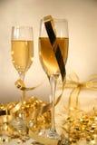 Champagne und Farbbänder Stockfotos
