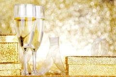 Champagne und Geschenk Stockfotos