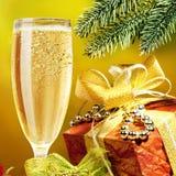 Champagne und Geschenk Stockfoto