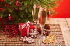 Champagne und Geschenk Neues Jahr und Weihnachten Stockfoto