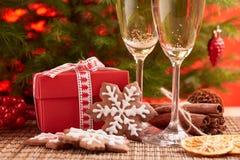 Champagne und Geschenk Neues Jahr und Weihnachten Lizenzfreies Stockfoto