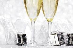 Champagne und Geschenke Stockbild