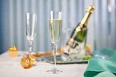 Champagne und Gläser auf dem Tisch Stockbilder