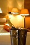 Champagne und Glas in einem Hotelzimmer Lizenzfreies Stockbild