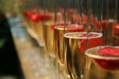 Champagne und Himbeeren Stockfotos