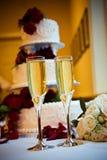 Champagne-und Hochzeitskuchen Stockfotografie
