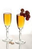 Champagne-und Hochzeitsringe Stockfoto