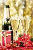 Champagne und kleines Geschenk. stockfotografie