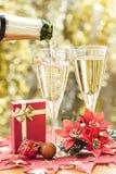 Champagne und kleines Geschenk. lizenzfreie stockfotografie