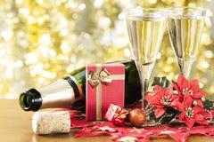 Champagne und kleines Geschenk. stockfoto