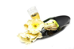 Champagne und Kuchenscheibe lizenzfreies stockfoto