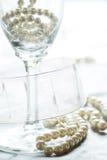 Champagne und Perlen Stockbild