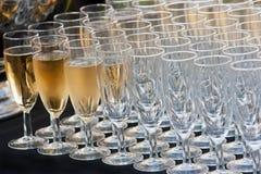 Champagne und Reihen der Gläser Lizenzfreies Stockbild