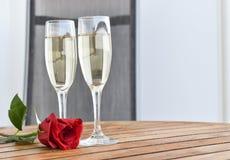 Champagne- und Rotrose stockbilder