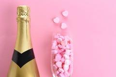 Champagne- und Süßigkeits-Herzen lizenzfreie stockfotografie