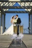 Champagne und verheiratetes Paar stockfotos