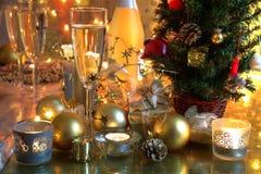 Champagne-und Weihnachtsdekoration. Stockfotos