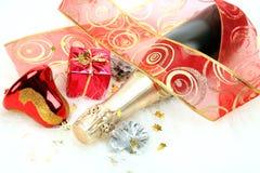 Champagne- und Weihnachtsdekorationen lizenzfreies stockfoto