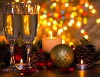 Champagne- und Weihnachtslichter Stockfotos