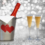 Champagne In Vintage Silver Bucket met Geweven Paloma Grey Background Stock Afbeelding