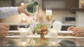 Champagne wordt gegoten in een glas stock video